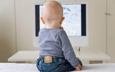 Fjalët e prindërve mësojnë fëmijët të flasin. Televizori jo!