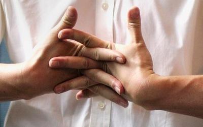 Kërcitja e gishtave është e mirë apo e dëmshme?
