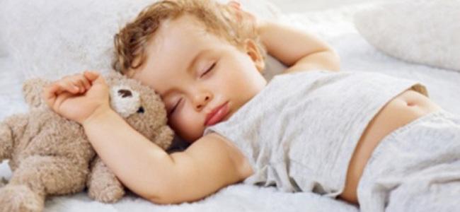 Gjumi, sa duhet të flejmë në të gjitha fazat e jetës