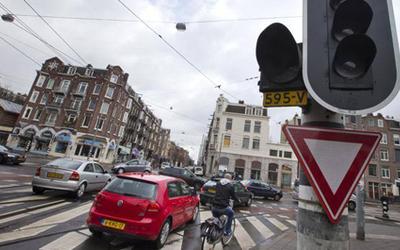 Holanda do të ndalojë makinat me naftë dhe benzinë