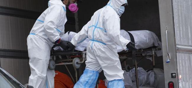 Horror në New York, gjinden 100 trupa të vdekur me COVID-19 në kamionë